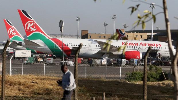 Người dân phát hoảng vì thi thể đàn ông rơi từ máy bay xuống vườn nhà, hãng hàng không xác định do khách lậu vé bám càng suốt 9 tiếng - Ảnh 1.