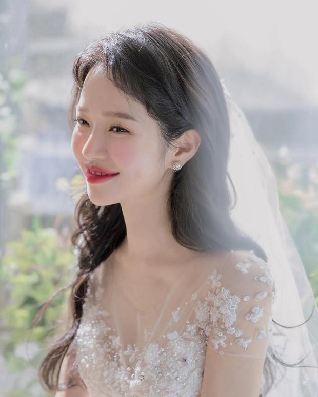 9 bí quyết mà các cô dâu nên biết để lớp trang điểm ngày cưới nhìn trong suốt như pha lê - Ảnh 1.