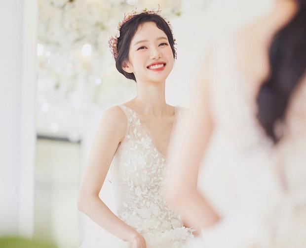 9 bí quyết mà các cô dâu nên biết để lớp trang điểm ngày cưới nhìn trong suốt như pha lê - Ảnh 2.
