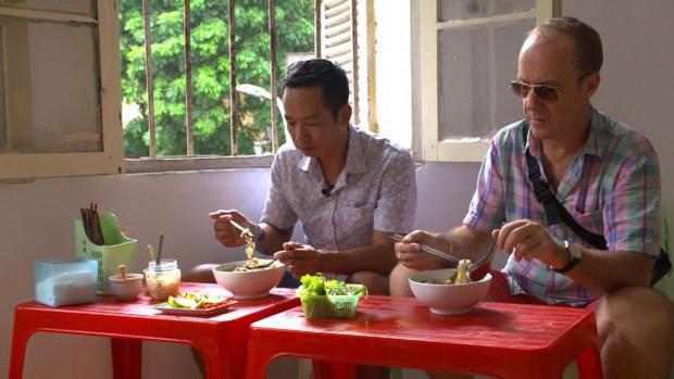 Food tour Hà Nội được báo Anh ca ngợi hết lời, đề xuất không thể bỏ qua bánh canh cá rô, bánh cuốn, cà phê - Ảnh 2.