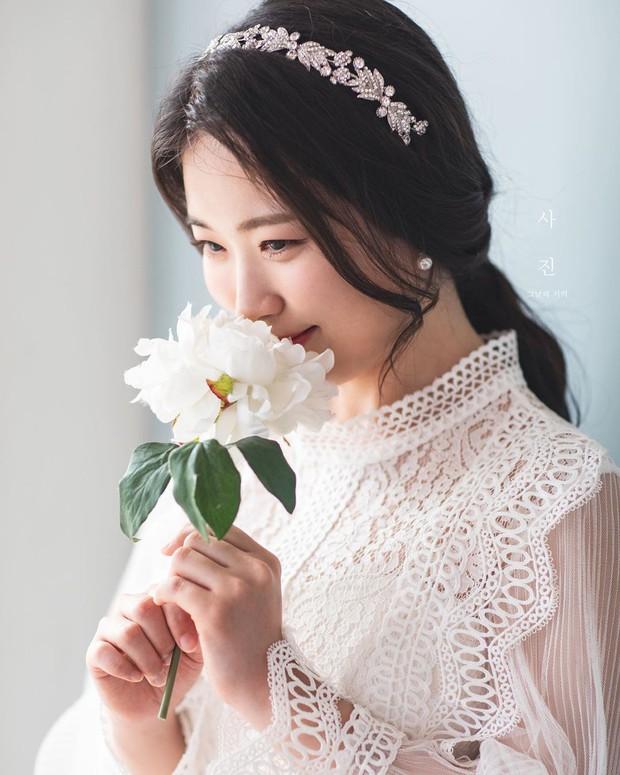 9 bí quyết mà các cô dâu nên biết để lớp trang điểm ngày cưới nhìn trong suốt như pha lê - Ảnh 5.