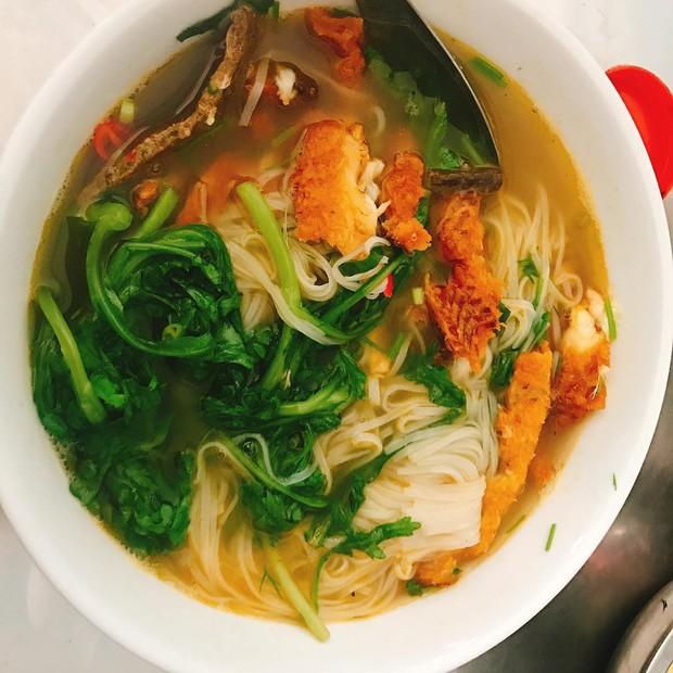 Food tour Hà Nội được báo Anh ca ngợi hết lời, đề xuất không thể bỏ qua bánh canh cá rô, bánh cuốn, cà phê - Ảnh 4.