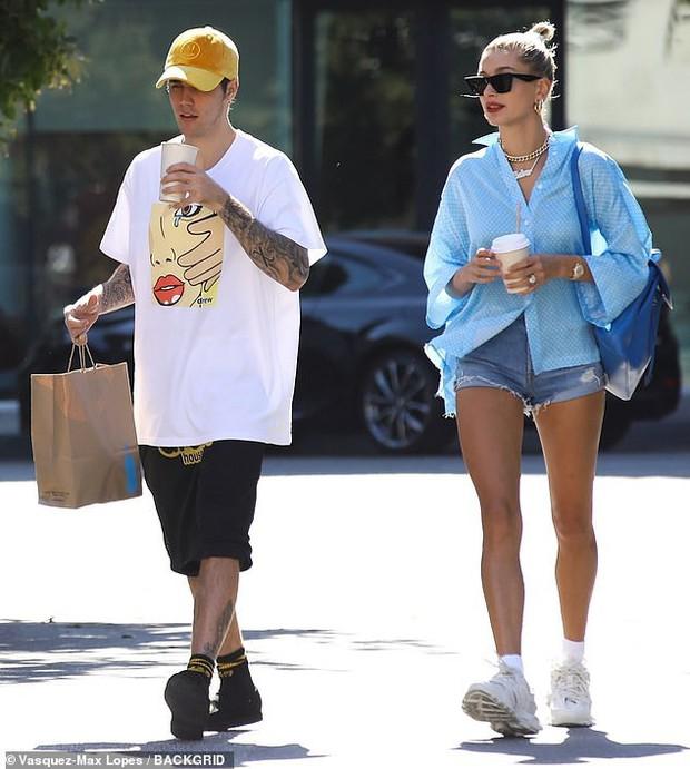 Đôi chân chiếm 2/3 tỷ lệ cơ thể của Hailey Baldwin làm lu mờ cả chồng Justin Bieber đang đứng ngay cạnh - Ảnh 1.
