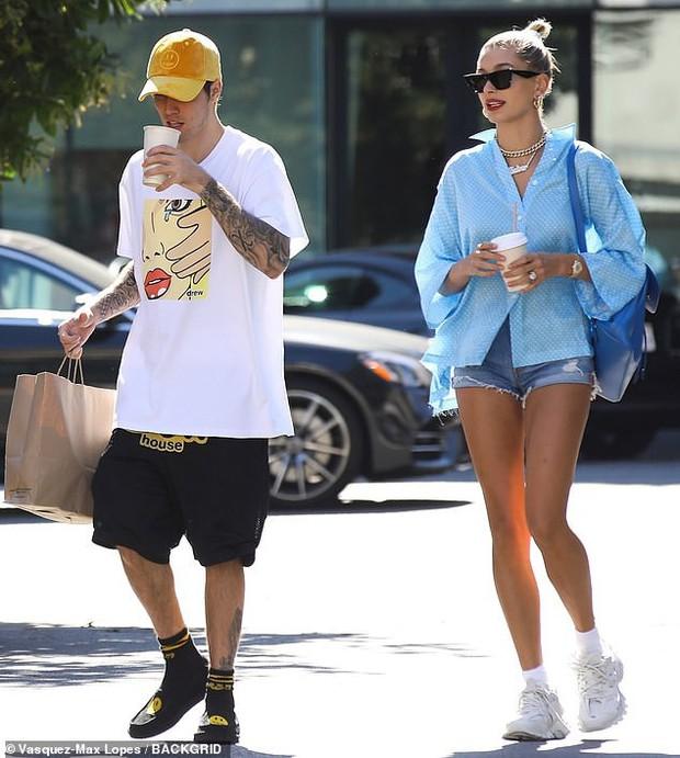 Đôi chân chiếm 2/3 tỷ lệ cơ thể của Hailey Baldwin làm lu mờ cả chồng Justin Bieber đang đứng ngay cạnh - Ảnh 2.