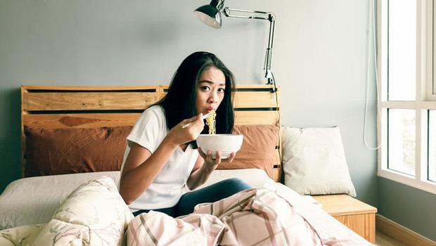 Thói quen vô cùng xấu mà nhiều người thường làm trên giường vô tình gây ra hàng loạt tác hại - Ảnh 4.