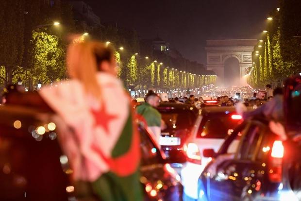 Paris, London lại rực đỏ pháo sáng khi biển người đổ ra đường đi bão sau chức vô địch cúp châu Phi - Ảnh 5.