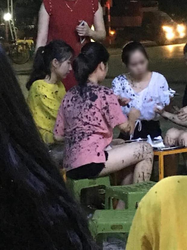 Đang ngồi uống trà chanh, nhiều thiếu nữ bị ném phân trộn dầu nhớt đầy người, nghi do mâu thuẫn của chủ quán - Ảnh 2.