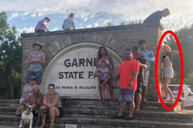 Đi du lịch chụp ảnh gia đình kỷ niệm, người phụ nữ xem ảnh xong lập tức truy tìm kẻ phá đám vô duyên vạch ngực trần cho thiên hạ xem - Ảnh 1.
