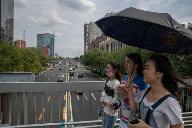 Nỗi khổ của phụ nữ Trung Quốc: Ở công ty thì bị phân biệt, về nhà cam chịu chồng ngoại tình, ngược đãi vì lo sợ ly hôn trắng tay - Ảnh 2.