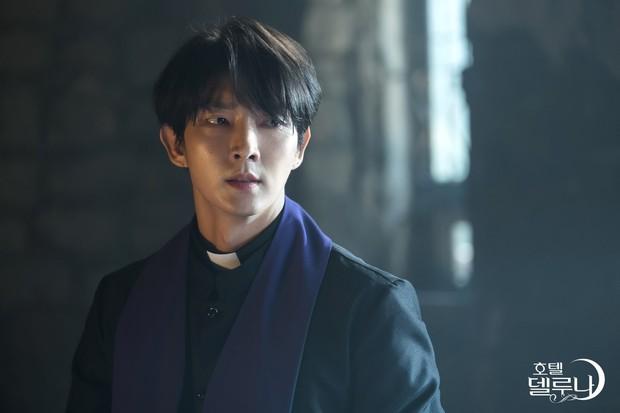 Lee Jun Ki hóa linh mục trừ tà nhiệt huyết, khiên IU nổi cơn tanh bành trong tập 3 Hotel Del Luna - Ảnh 1.