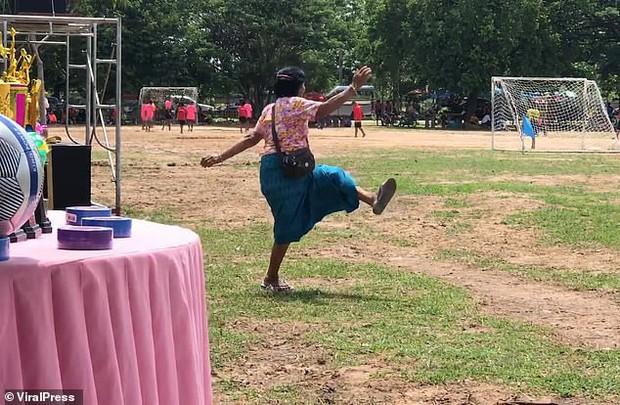 Bà nội chất nhất quả đất: U60 vẫn chạy dọc sân cổ vũ cháu trai đá bóng, nhìn dáng bà mà cư dân mạng không nhịn được cười - Ảnh 3.