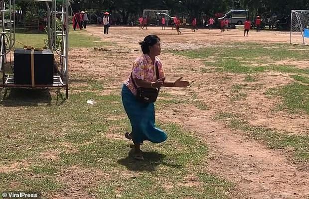 Bà nội chất nhất quả đất: U60 vẫn chạy dọc sân cổ vũ cháu trai đá bóng, nhìn dáng bà mà cư dân mạng không nhịn được cười - Ảnh 4.