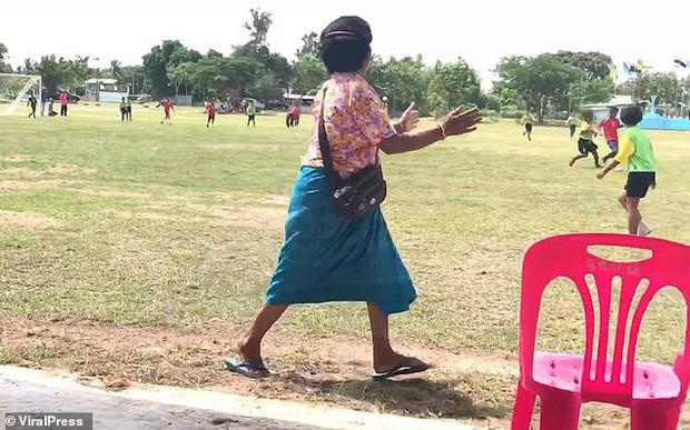 Bà nội chất nhất quả đất: U60 vẫn chạy dọc sân cổ vũ cháu trai đá bóng, nhìn dáng bà mà cư dân mạng không nhịn được cười - Ảnh 5.