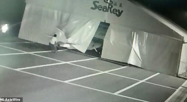 Nhân viên sân bay giật mình vì máy bay suýt bị đánh cắp, truy lùng được danh tính kẻ trộm thì ai cũng phát hoảng thốt lên tuổi trẻ tài cao - Ảnh 5.