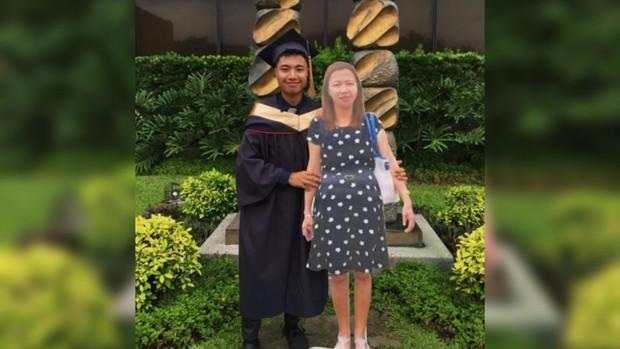 Chụp ảnh cùng standee người mẹ quá cố trong lễ tốt nghiệp, nam sinh khiến dân mạng xúc động nghẹn ngào - Ảnh 1.