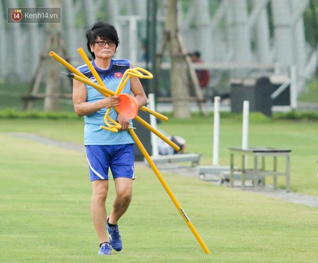 Cầu thủ U18 Việt Nam đau đến phát khóc, được thần y Hàn Quốc chữa ngay trên đường - Ảnh 2.