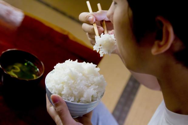 Vấn đề gây nhức nhối với chính người Nhật: đặt thức ăn lên cơm trắng có làm bẩn cơm? - Ảnh 4.