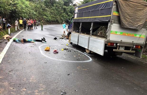 Xe máy chở 3 tông vào xe tải, 1 học sinh tử vong, 2 em khác nguy kịch - Ảnh 1.