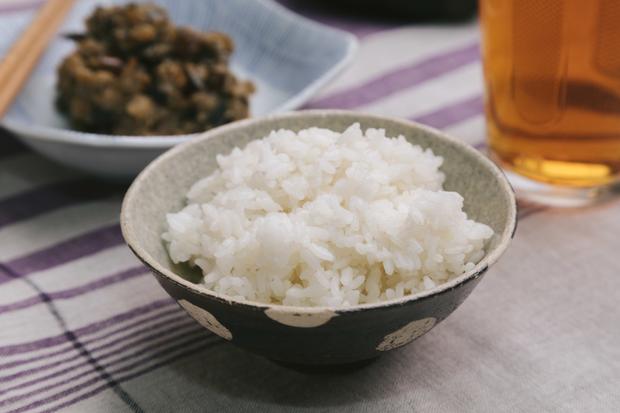 Vấn đề gây nhức nhối với chính người Nhật: đặt thức ăn lên cơm trắng có làm bẩn cơm? - Ảnh 1.
