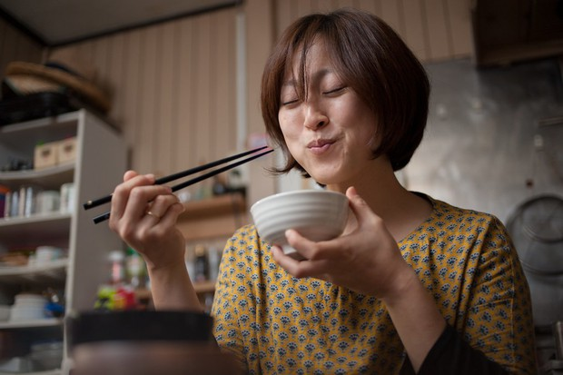 Vấn đề gây nhức nhối với chính người Nhật: đặt thức ăn lên cơm trắng có làm bẩn cơm? - Ảnh 2.