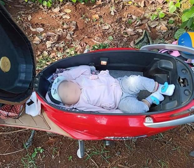 Hình ảnh em bé ngủ trong cốp xe máy khi theo bố mẹ đi rẫy, người khen dễ thương, người giật mình sợ nguy hiểm - Ảnh 3.