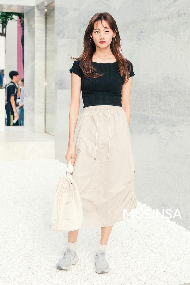 Toàn đồ basic nhưng mô đen hết cỡ, street style Hàn Quốc tuần qua sẽ khiến bạn muốn copy ngay và luôn - Ảnh 4.