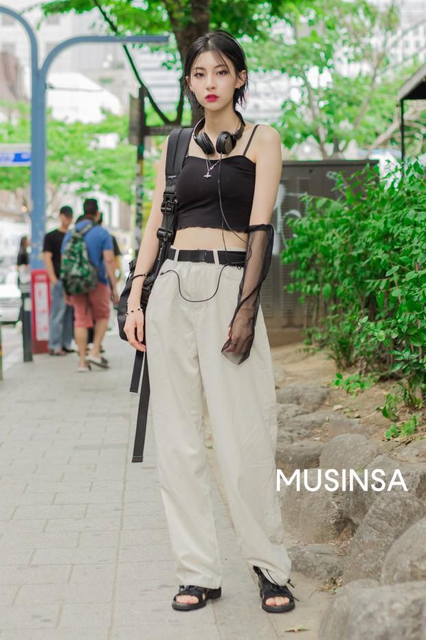 Toàn đồ basic nhưng mô đen hết cỡ, street style Hàn Quốc tuần qua sẽ khiến bạn muốn copy ngay và luôn - Ảnh 1.