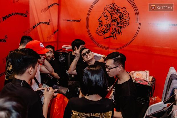 Mặc kệ nắng nóng, hàng ngàn bạn trẻ Sài Gòn vẫn rồng rắn xếp hàng để tham dự ngày hội sneaker lớn nhất trong năm - Ảnh 17.