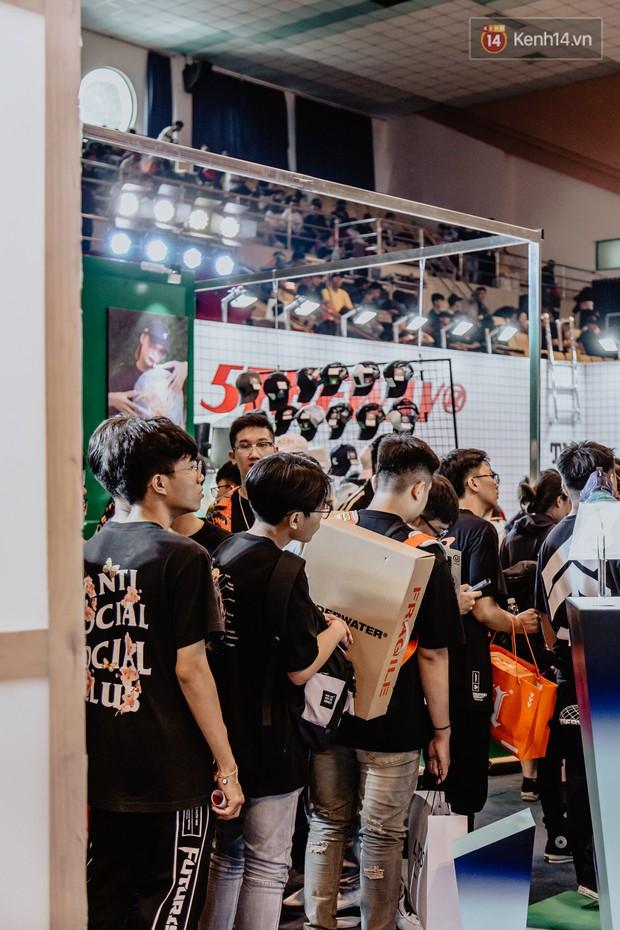 Mặc kệ nắng nóng, hàng ngàn bạn trẻ Sài Gòn vẫn rồng rắn xếp hàng để tham dự ngày hội sneaker lớn nhất trong năm - Ảnh 10.