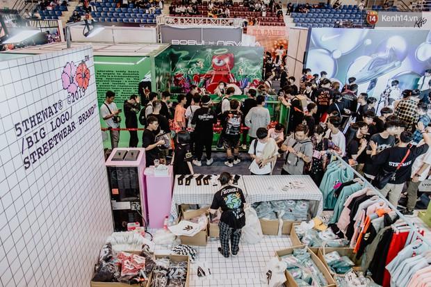 Mặc kệ nắng nóng, hàng ngàn bạn trẻ Sài Gòn vẫn rồng rắn xếp hàng để tham dự ngày hội sneaker lớn nhất trong năm - Ảnh 8.