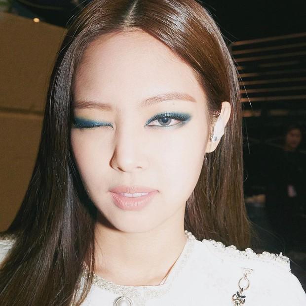 Zoom kỹ mặt khoe da, Jennie (BLACKPINK) được khen vì đường nét hoàn mỹ nhưng ai ngờ tự làm lộ lớp make up - Ảnh 5.