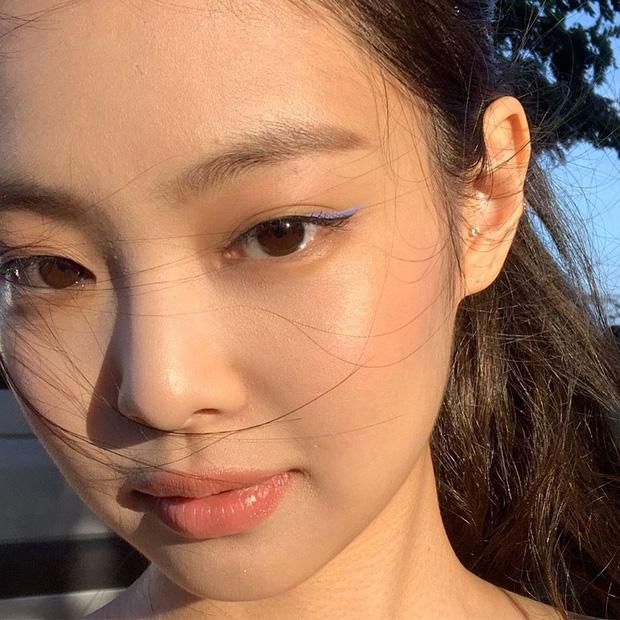 Zoom kỹ mặt khoe da, Jennie (BLACKPINK) được khen vì đường nét hoàn mỹ nhưng ai ngờ tự làm lộ lớp make up - Ảnh 1.