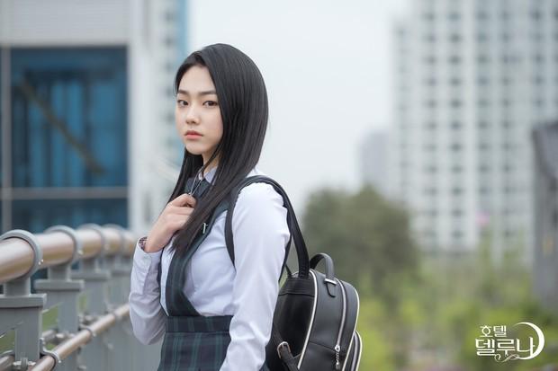 Lee Jun Ki hóa linh mục trừ tà nhiệt huyết, khiên IU nổi cơn tanh bành trong tập 3 Hotel Del Luna - Ảnh 12.