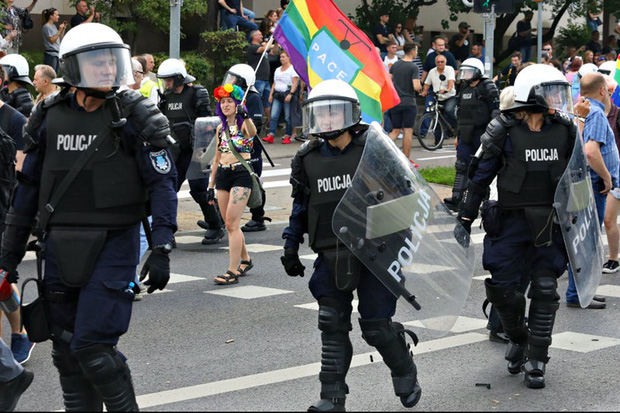 Ba Lan: Bạo lực tại lễ diễu hành cộng đồng LGBT, 20 người bị bắt - Ảnh 1.
