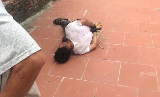 Người đàn ông lạ mặt bị trói chặt vì sàm sỡ bé gái 14 tuổi - Ảnh 1.