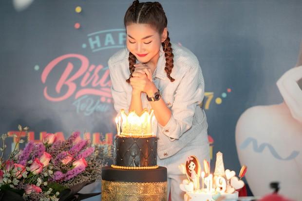 Thanh Hằng trẻ trung như gái 18, quậy hết cỡ cùng fan trong tiệc sinh nhật bước sang tuổi 36 - Ảnh 3.