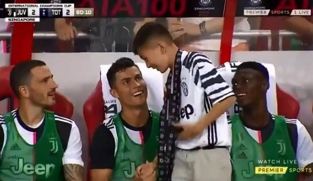 Lẻn vào sân, cậu bé ở Singapore không bị bảo vệ lôi ra ngoài mà còn khiến trẻ em toàn thế giới phải ngưỡng mộ vì được hưởng quá nhiều đặc quyền từ Ronaldo - Ảnh 2.