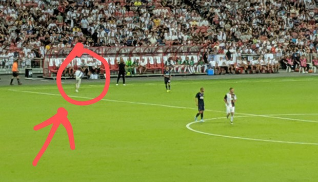 Lẻn vào sân, cậu bé ở Singapore không bị bảo vệ lôi ra ngoài mà còn khiến trẻ em toàn thế giới phải ngưỡng mộ vì được hưởng quá nhiều đặc quyền từ Ronaldo - Ảnh 1.