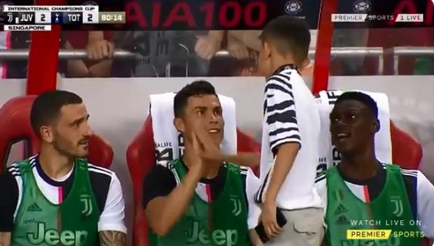 Lẻn vào sân, cậu bé ở Singapore không bị bảo vệ lôi ra ngoài mà còn khiến trẻ em toàn thế giới phải ngưỡng mộ vì được hưởng quá nhiều đặc quyền từ Ronaldo - Ảnh 3.