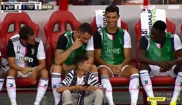 Lẻn vào sân, cậu bé ở Singapore không bị bảo vệ lôi ra ngoài mà còn khiến trẻ em toàn thế giới phải ngưỡng mộ vì được hưởng quá nhiều đặc quyền từ Ronaldo - Ảnh 4.