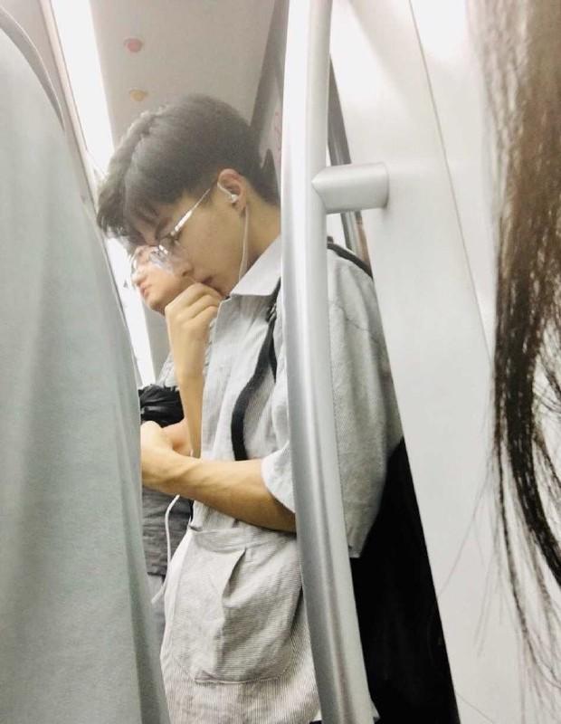 Chụp lén trai đẹp trên tàu điện ngầm, cô gái không ngờ đây lại là bắt đầu cho một mối tình chị - em siêu lãng mạn - Ảnh 1.