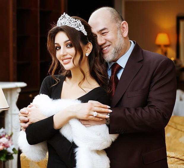 Hoa hậu Nga bị nghi cắm sừng Cựu Vương Malaysia: Quá khứ thác loạn đầy tranh cãi, lừa chồng đổ vỏ? - Ảnh 1.