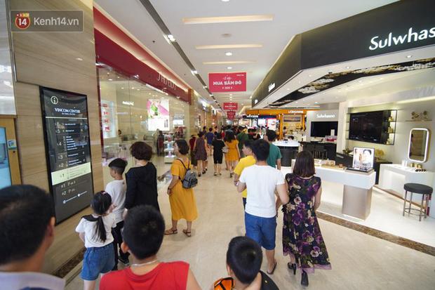 Chùm ảnh: Hàng trăm thương hiệu giảm giá mạnh, người dân Sài Gòn và Hà Nội xếp hàng chờ vào mua sắm ở Vincom - Ảnh 5.