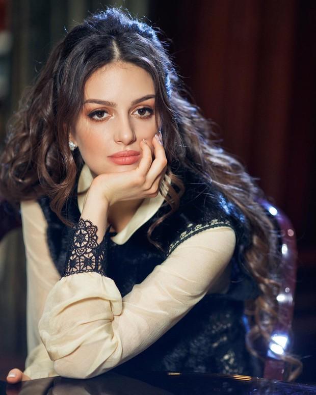 Hoa hậu Nga bị nghi cắm sừng Cựu Vương Malaysia: Quá khứ thác loạn đầy tranh cãi, lừa chồng đổ vỏ? - Ảnh 2.