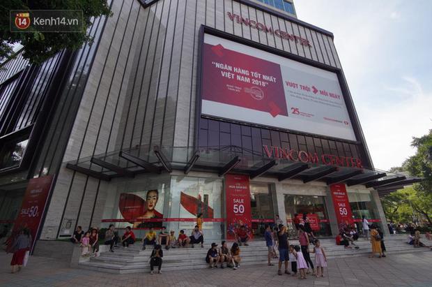 Chùm ảnh: Hàng trăm thương hiệu giảm giá mạnh, người dân Sài Gòn và Hà Nội xếp hàng chờ vào mua sắm ở Vincom - Ảnh 1.