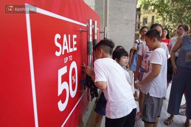 Chùm ảnh: Hàng trăm thương hiệu giảm giá mạnh, người dân Sài Gòn và Hà Nội xếp hàng chờ vào mua sắm ở Vincom - Ảnh 2.