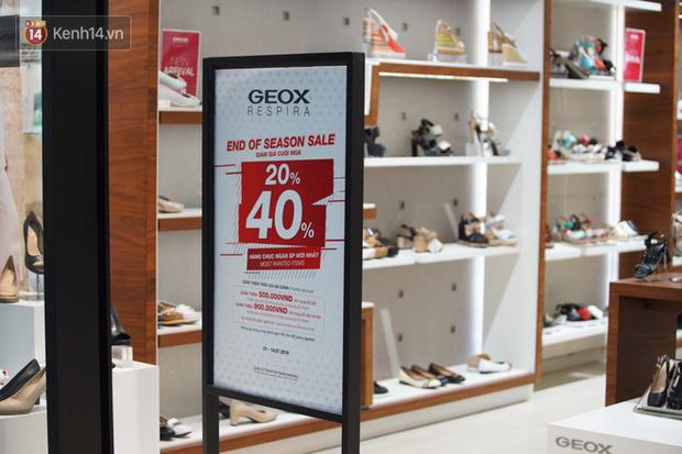 Chùm ảnh: Hàng trăm thương hiệu giảm giá mạnh, người dân Sài Gòn và Hà Nội xếp hàng chờ vào mua sắm ở Vincom - Ảnh 7.