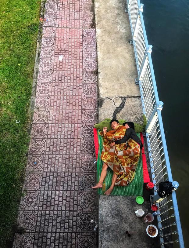 Tác giả bức ảnh 2 vợ chồng vô gia cư ôm nhau ngủ dưới chân cầu ở Sài Gòn: Có lẽ mình sẽ quay lại đó gặp họ - Ảnh 1.