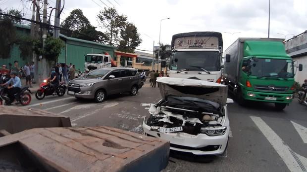 TP.HCM: Xế hộp BMW bẹp dúm sau tai nạn liên hoàn, tài xế tung cửa thoát thân - Ảnh 1.