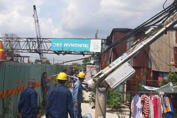 Cần cẩu công trình chống ngập 10.000 tỷ ở Sài Gòn đè sập nhà dân, nhiều người la hét kêu cứu - Ảnh 2.